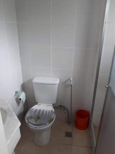A bathroom at Angra Apartament