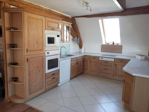 """A kitchen or kitchenette at Ferienwohnung """"Zum Hexenhäusle"""""""