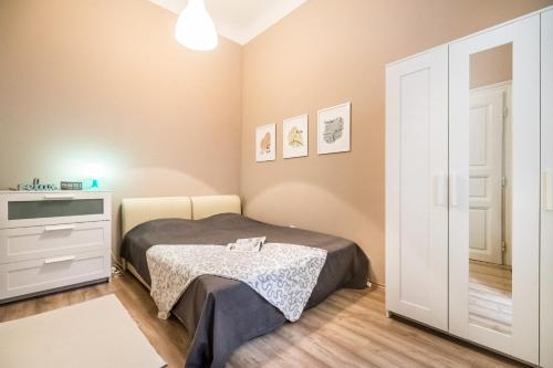 Ein Bett oder Betten in einem Zimmer der Unterkunft BpR Castle Hill Apartment with Garden