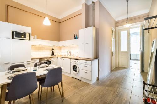 Küche/Küchenzeile in der Unterkunft BpR Castle Hill Apartment with Garden