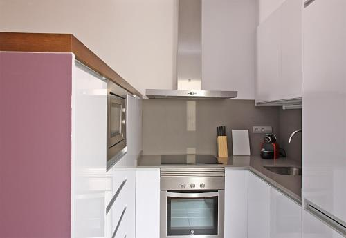 A kitchen or kitchenette at MH Apartments Center