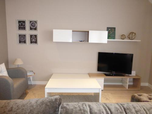A television and/or entertainment centre at Apartamento centro Ribadeo