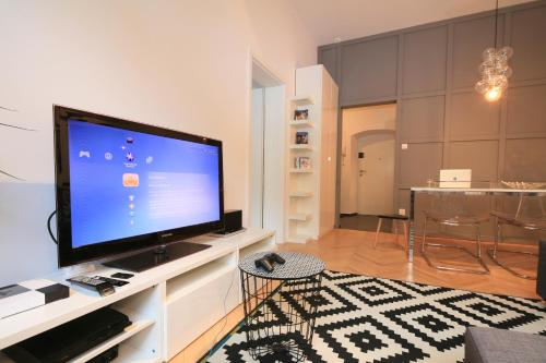 A television and/or entertainment center at BRACKA 15 - Main Square Apartments