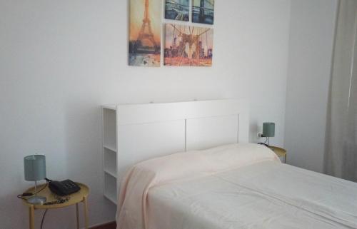A bed or beds in a room at Apartamentos Torre de la Roca
