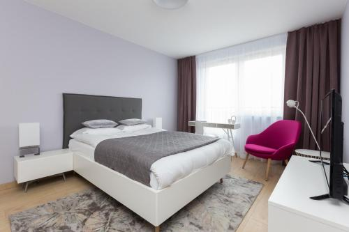 A bed or beds in a room at Apartament Hello Halicka 5