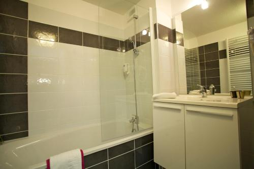 A bathroom at Lagrange Aparthotel Montpellier Millénaire