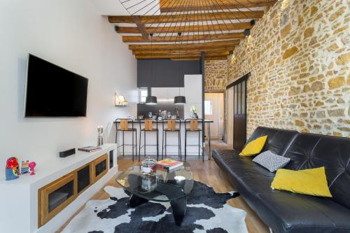 A seating area at HAMAC Suites Lyon Boissac