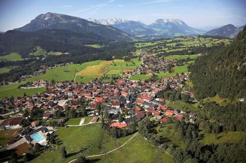 Uma vista aérea de Gästehaus Sankt Florian