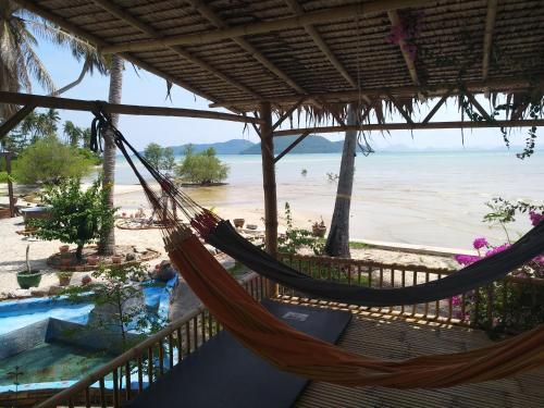 Ein Balkon oder eine Terrasse in der Unterkunft Right on the beach house