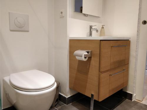 A bathroom at studio cocooning Frejus centre historique