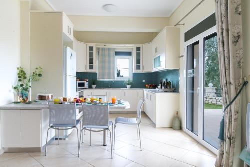 A kitchen or kitchenette at Rania Apartments Helmata