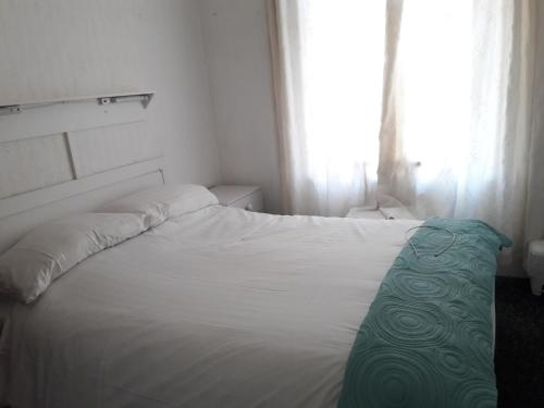 A bed or beds in a room at Springfield Holiday Apartments