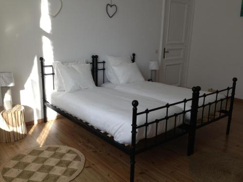 A bed or beds in a room at Les Gîtes Du Pays De Charleroi