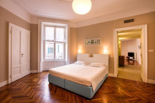 A bed or beds in a room at Magenta Cadorna Elegant Apartment