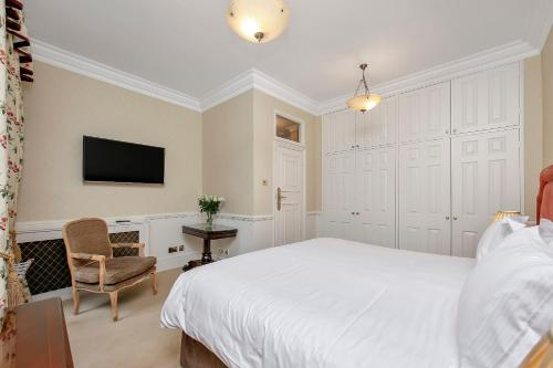 A bed or beds in a room at 10 Curzon Street by Mansley