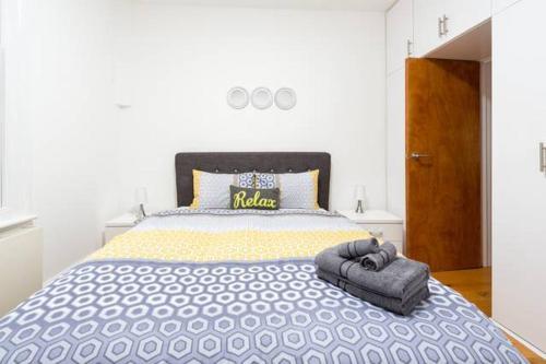 A bed or beds in a room at Gorgeous Apartment in Trendy Neighbourhood (DH5)