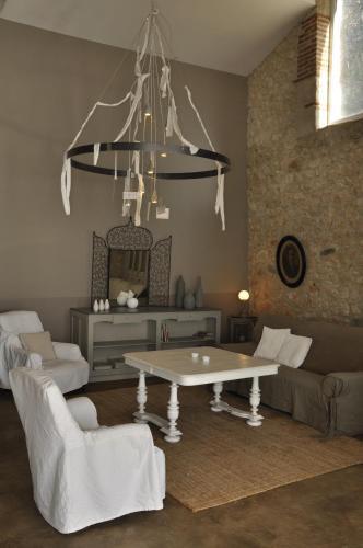 Coin salon dans l'établissement Gîtes Le Relais de Roquefereau