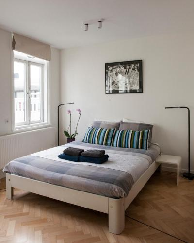 A bed or beds in a room at Kuwadro B&B Amsterdam Centrum