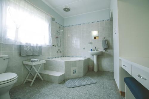 A bathroom at Mossel Bay Comfort Stay
