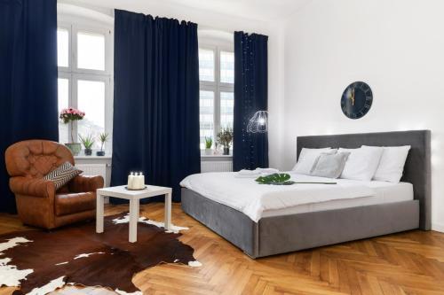 Łóżko lub łóżka w pokoju w obiekcie St Martin Apartments Poznan Centrum