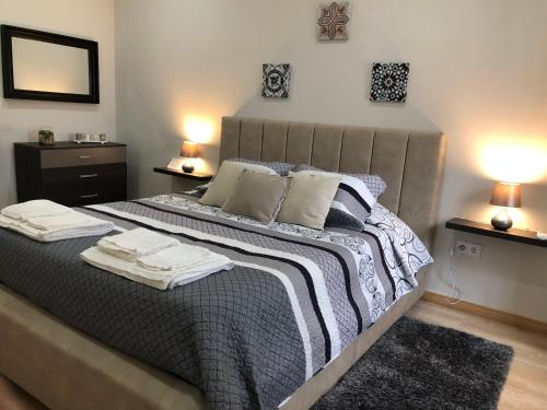 A bed or beds in a room at Casa do Poeta