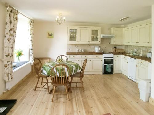 A kitchen or kitchenette at Peartree Cottage