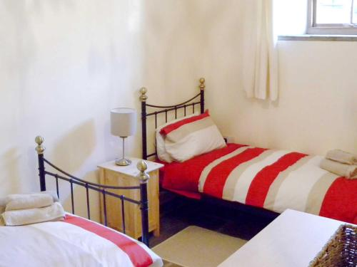 A bed or beds in a room at Bramble Cottage