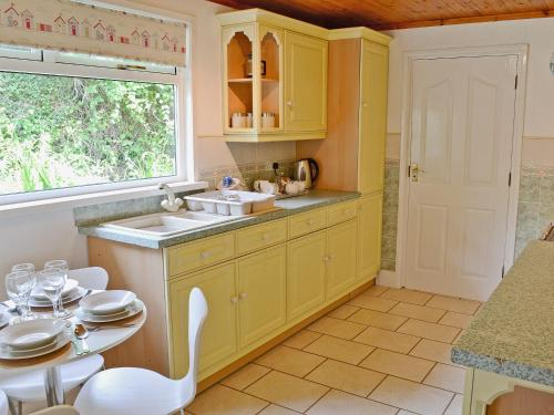 A kitchen or kitchenette at The Mowhay