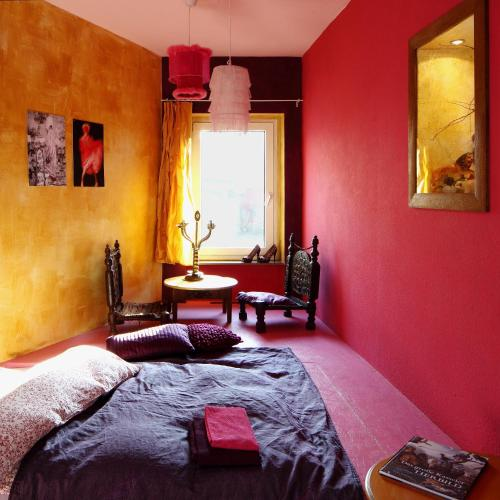 Ein Bett oder Betten in einem Zimmer der Unterkunft Foto-Motel + fensterzumhof