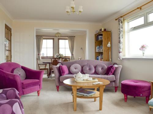 A seating area at Sea Brae Cottage