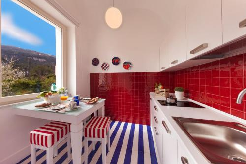A kitchen or kitchenette at Kira Guest House