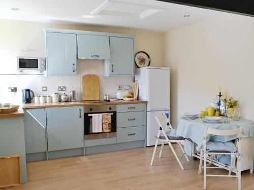 A kitchen or kitchenette at Glendale Mews