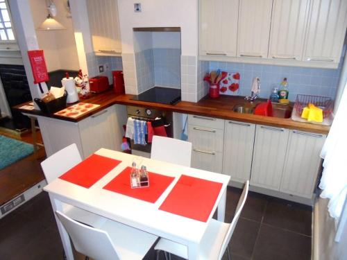 A kitchen or kitchenette at Tower Cottage