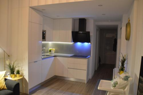 A kitchen or kitchenette at New Luxury Duplex Castle Harbour Cristianos