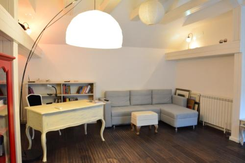 A seating area at Topolska Lux