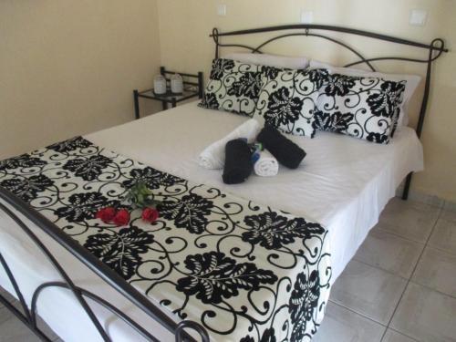 Un pat sau paturi într-o cameră la Elena's House Garden