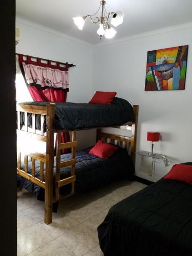 Una cama o camas cuchetas en una habitación  de HABITACIÓN BOMBAL