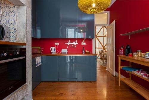 A kitchen or kitchenette at Bairro Alto 3 Bedroom Patio Flat!