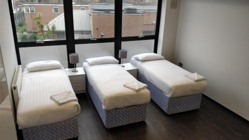 Кровать или кровати в номере Access Tower Hill