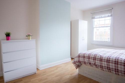 Ein Bett oder Betten in einem Zimmer der Unterkunft Near King's Cross 5 bedroom House + Roof terrace