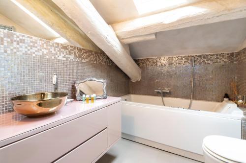 A bathroom at Garibaldi Penthouse