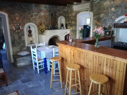 The lounge or bar area at Villa Mandraki
