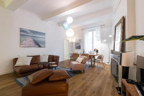 A seating area at PREF 2 · F4 - VASTE ET BOURGEOIS ,3 CHAMBRES, ASCENSEUR, VX-NICE