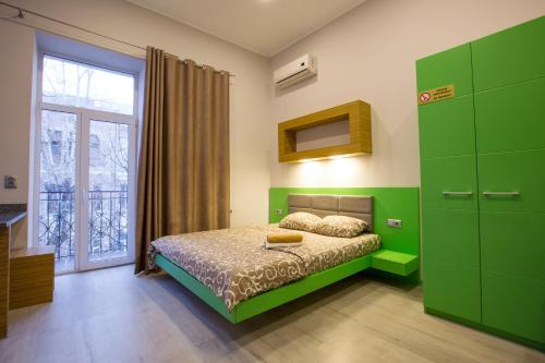 A bed or beds in a room at Pushkinskaya Apartments