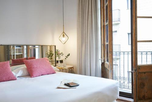 A bed or beds in a room at AinB Gothic-Jaume I Apartments