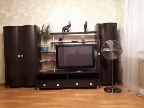 A television and/or entertainment center at Apartamenty na Yamasheva