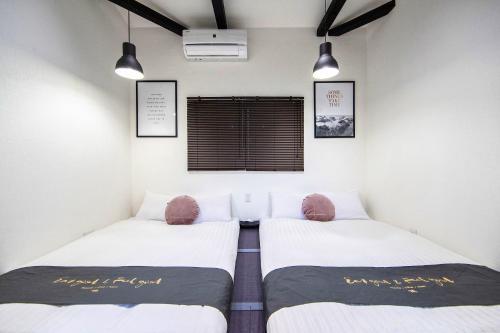 เตียงในห้องที่ Mocomoco Nakazakicho