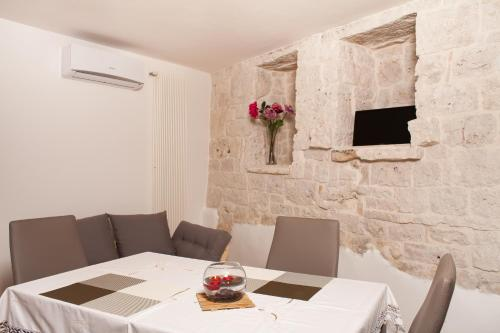 A restaurant or other place to eat at Trulli a Sud-Est