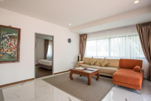 A seating area at The Suites Apartment & Residence