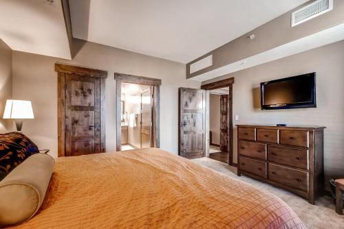 A bed or beds in a room at Trailhead Lodge by Steamboat Resorts
